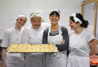 Pekařky v košer pekárně